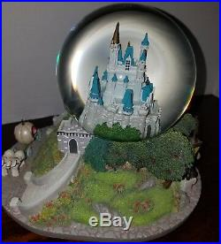 Disney World Exclusive Cinderella castle Musical Light up Water Snow globe